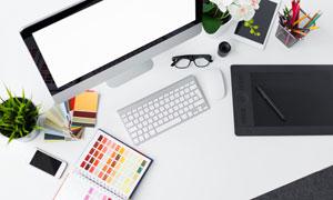 桌上的显示器与色卡等物品高清图片