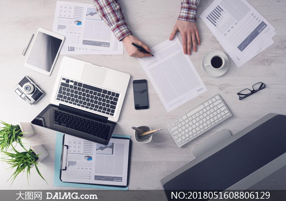 办公桌上的图表与显示器等高清图片
