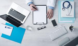 笔记本电脑与听诊器等摄影高清图片
