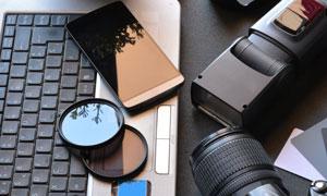 桌上摆放的相机手机等物品高清图片