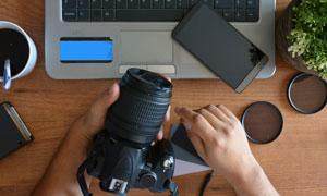 手机与相机镜头等物品摄影高清图片