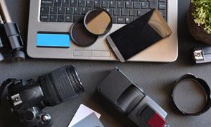 笔记本电脑与镜头手机摄影高清图片