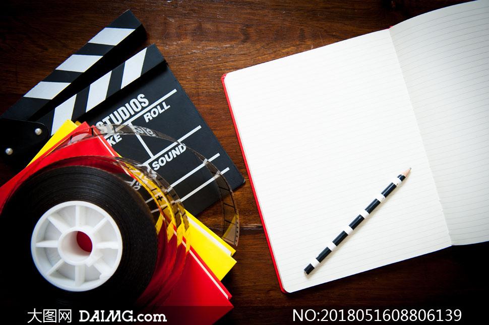 桌上的胶片与记事本等摄影高清图片