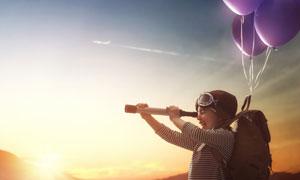 手拿着望远镜的小女孩摄影高清图片
