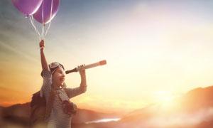 扯气球望着远处的儿童摄影高清图片
