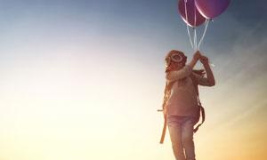 拽着气球飘起来的儿童摄影高清图片