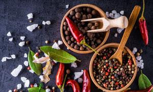 胡椒香叶海盐与干辣椒摄影高清图片