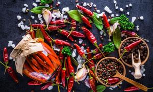 大蒜与干辣椒等调味料摄影高清图片