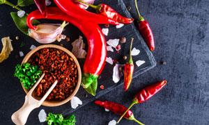 盐粒与红辣椒调味香料摄影高清图片