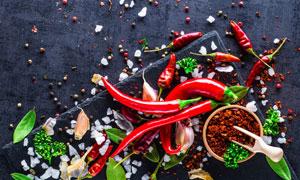 辣椒粉与香叶大蒜等调味料高清图片