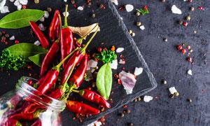 辣椒香叶与散落的香料摄影高清图片