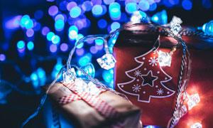 炫丽光斑映衬下的圣诞礼物高清图片
