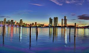 黄昏时倒影在湖面上的建筑全景图片