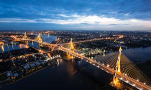 黄昏时亮灯的城市风光摄影高清图片
