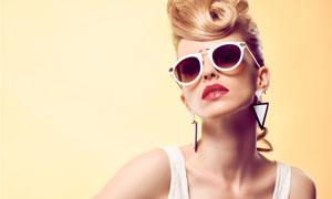戴墨镜的红唇美女模特人物高清图片