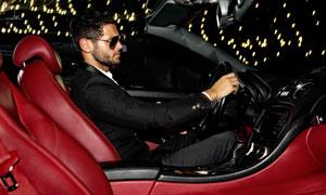 开跑车的黑色西装男人摄影高清图片