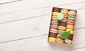 桌上盒里的马卡龙饼干摄影高清图片