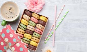 咖啡鲜花与马卡龙饼干摄影高清图片