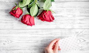 玫瑰花与在手上的卡片摄影高清图片