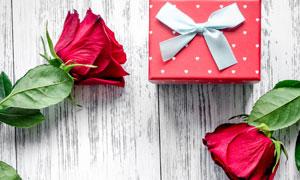 桌上的玫瑰花与礼物盒摄影高清图片
