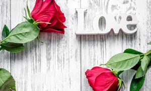 红色玫瑰与桌上的立体字母高清图片