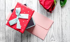 鲜花信封与礼物盒特写摄影高清图片