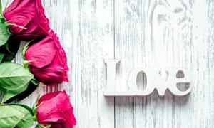 玫瑰花信封与立体字母摄影高清图片
