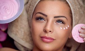 躺着做护肤美容的女人摄影高清图片