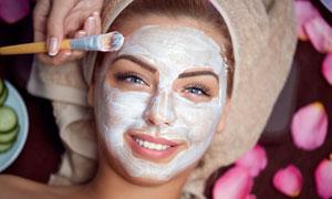 做面膜护肤的开心美女摄影高清图片