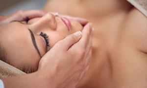 躺着做面部肌肤护理的美女高清图片