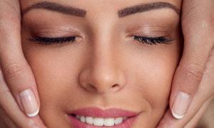 做面部按摩护肤的美女摄影高清图片