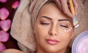 躺着做护肤的美女人物摄影高清图片