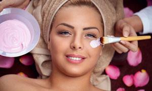做面部护理的开心美女摄影高清图片