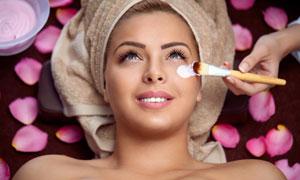 头裹着毛巾的护肤美女摄影高清图片
