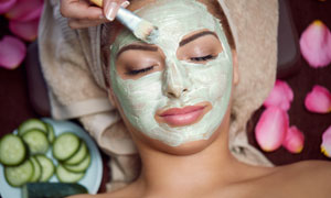 面膜涂满脸的护肤美女摄影高清图片