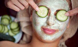 敷两片黄瓜的护肤美女摄影高清图片