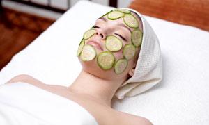 敷黄瓜面膜的护肤美女摄影高清图片