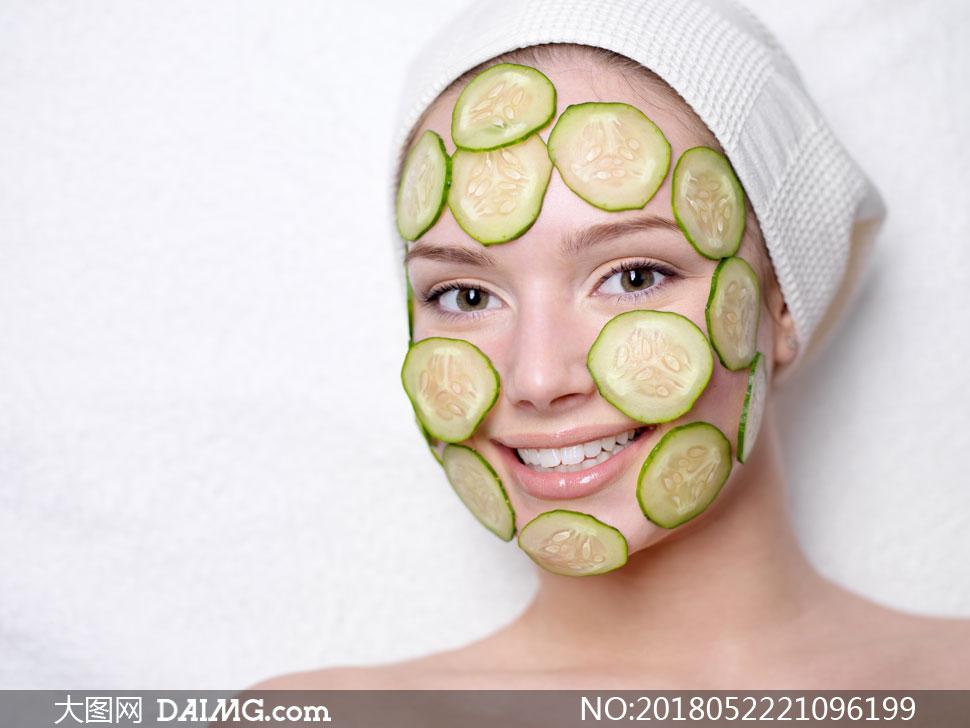 脸上贴黄瓜面膜的开心美女高清图片