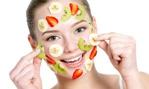 脸上贴满水果片的美女摄影高清图片