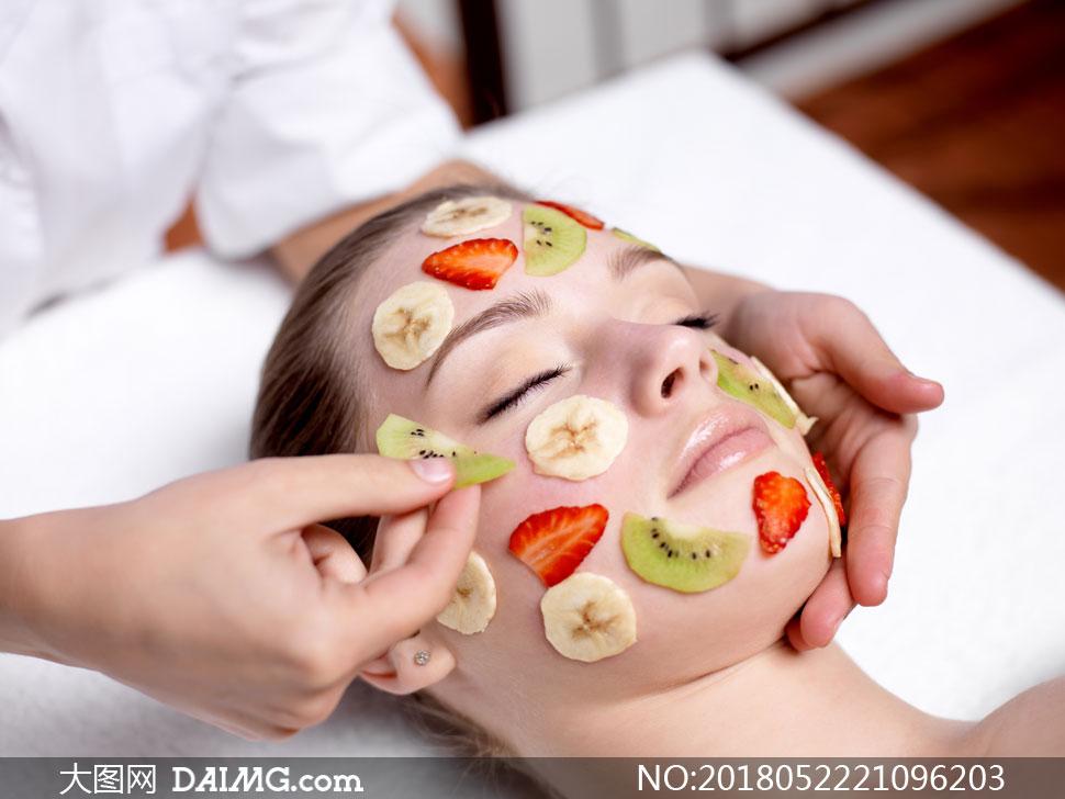 贴水果面膜的护肤美女摄影高清图片