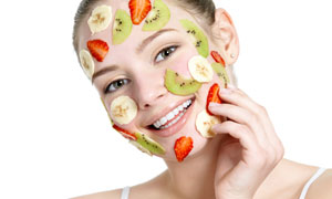 在敷水果片的开心美女摄影高清图片
