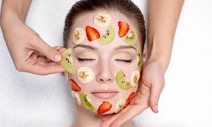 往脸上放水果片的美女摄影高清图片