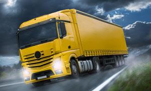飞驰在路上的货运卡车摄影高清图片