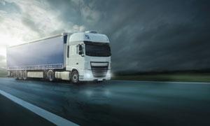 乌云天空下的箱式货车摄影高清图片