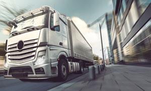 城市道路上的货运车辆摄影高清图片
