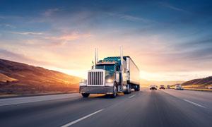 疾驰在公路上的重型牵引车高清图片