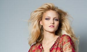 纯色背景前的金发美女摄影高清图片