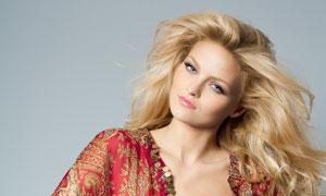 歪着头的金发美女人物摄影高清图片