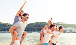 背着女友的开心男人们摄影高清图片
