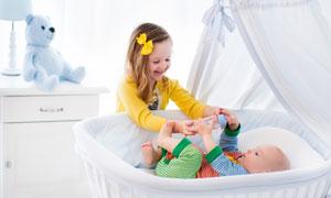 小女孩与摇篮里的宝宝摄影高清图片